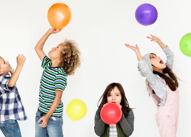 子供の頃の子供たちは感情的なスタジオ撮影を競う