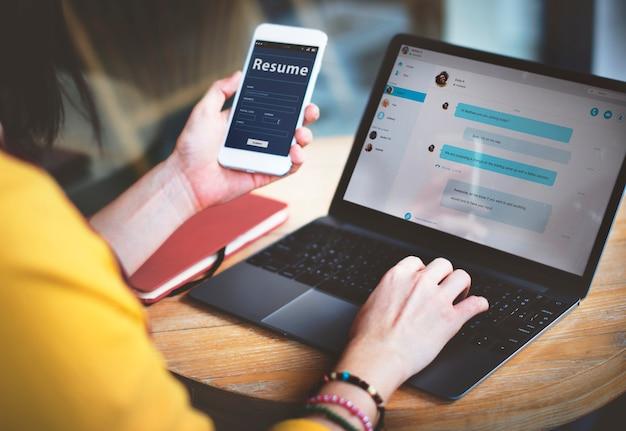 女性の接続モバイルジョブオンラインメッセージングの概念
