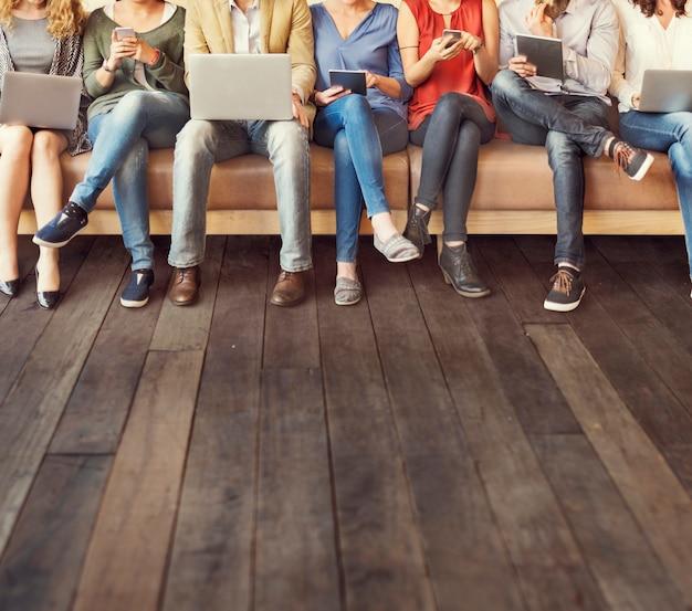 多様性の人々の接続デジタルデバイスのブラウジングの概念