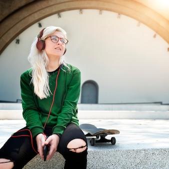 音楽を聴くスケーターの女の子
