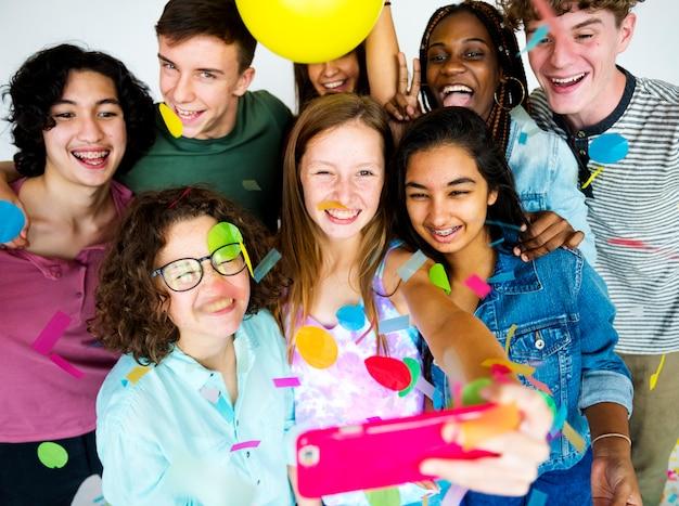 Разнообразная группа подростков снимает