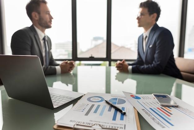 ビジネスブレインストーミンググラフチャートレポートデータコンセプト
