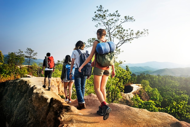 バックパッカーキャンプハイキング旅行トレッキングコンセプト