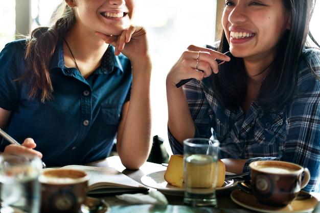 レストランで朝食をとっている友達