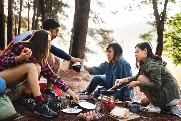 人々友情ハングアウト旅行目的地キャンプのコンセプト
