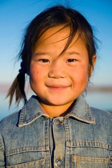 幸せ美しいアジアのモンゴルの女の子。
