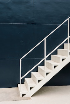 青い建物の中の白い階段
