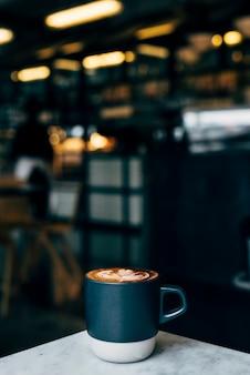 カフェのテーブルでコーヒーのカップ