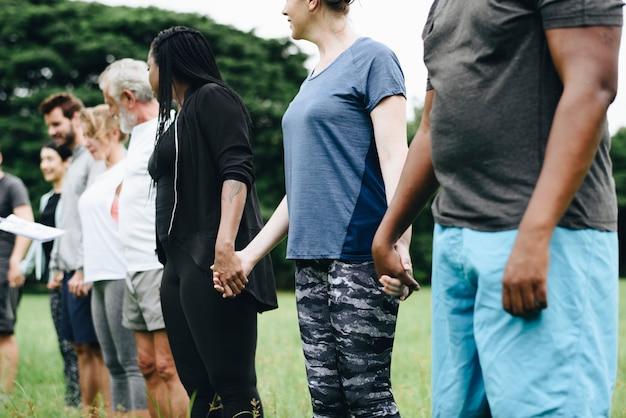 Счастливые разнообразные люди, наслаждающиеся в парке