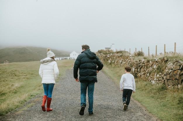 一緒に散歩を楽しむ家族