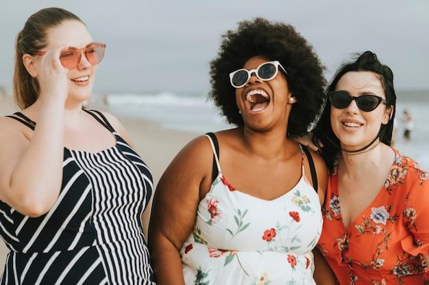 Веселые разнообразные женщины с большим размером на пляже