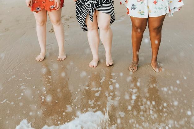 さまざまな女性が水に足を浸す