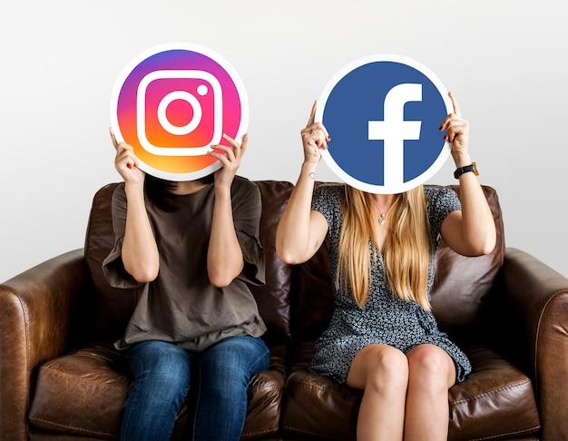 ソーシャルメディアアイコンを持つ人々