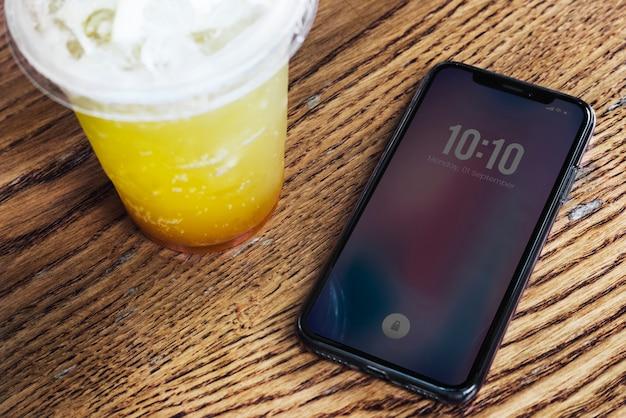 携帯電話とテーブル上のドリンク