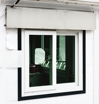 店の窓の上にある白い店の標識