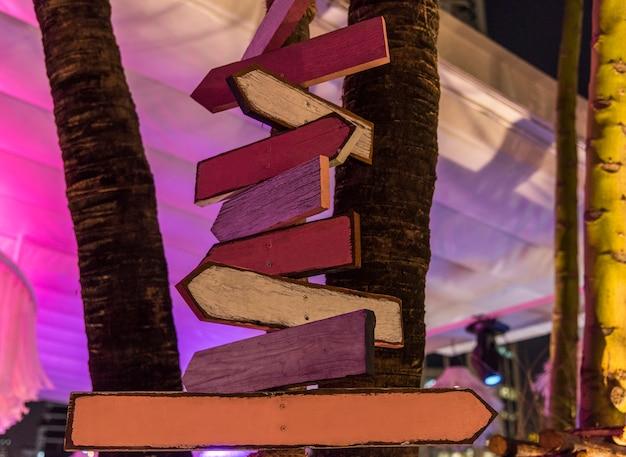 木製の道路標識が夕方に