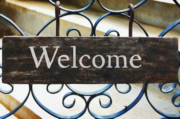 木製の歓迎サインモックアップ