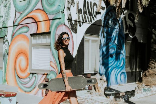 ロングボード付きのクールな女性