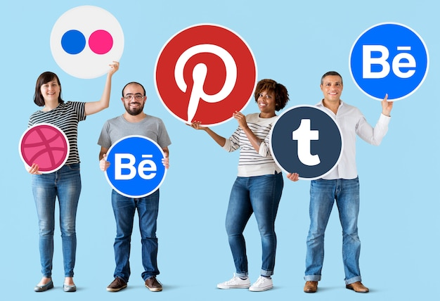 デジタルブランドのアイコンを持つ人々
