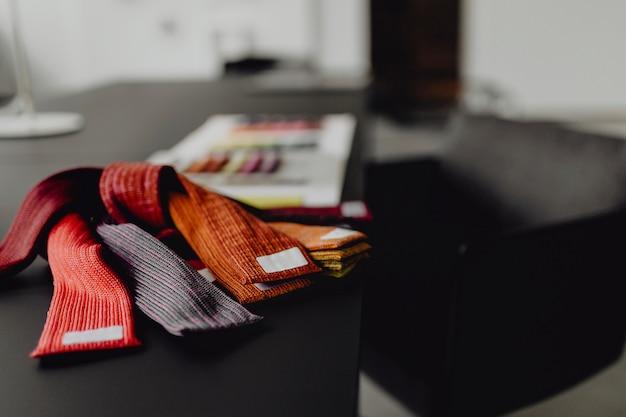黒のテーブル上の繊維サンプルのクローズアップ