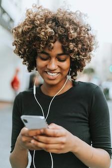 Девушка слушает музыку со своего телефона