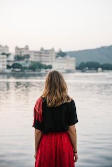 ウダイプールのタジ湖の景色を楽しむ西洋の女性
