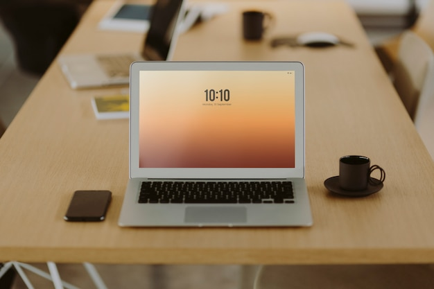 木製のオフィステーブル上のラップトップ