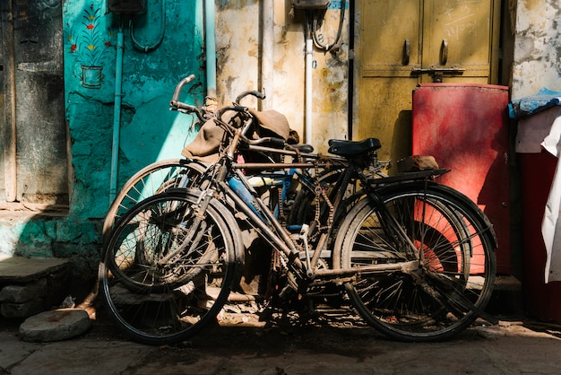 Старые сломанные велосипеды, оставленные вне дома