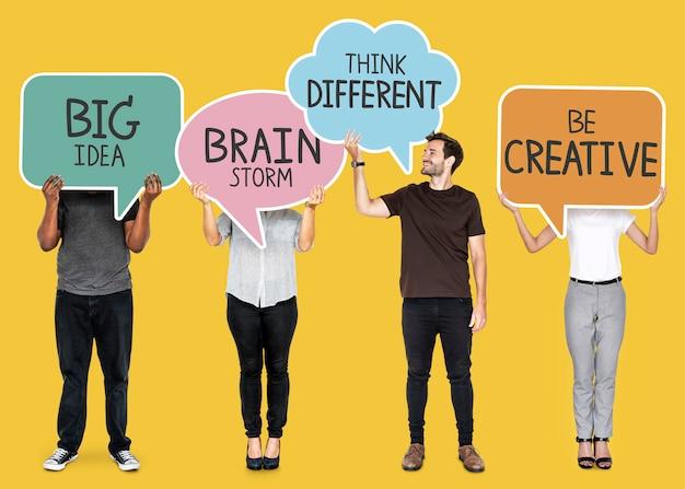 創造的なインスピレーションのスピーチバブルを持つ多様な人々
