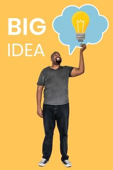 大きなアイデアのコンセプトシンボルを持つ成熟した男