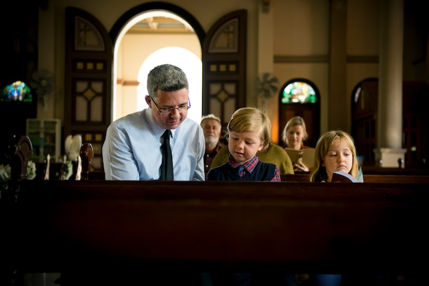 Церковные люди верят в веру религиозные