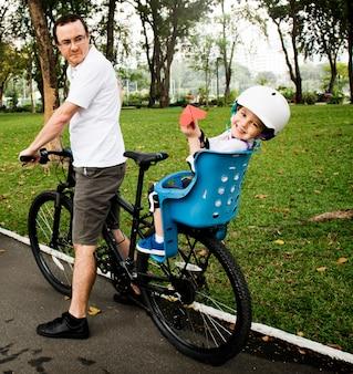 家族自転車休日週末のアクティビティ
