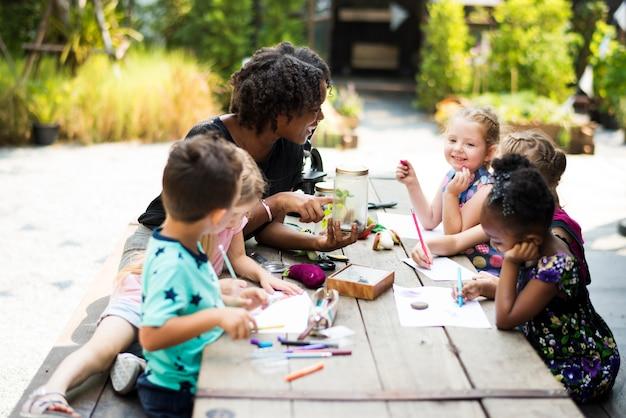 一緒に絵を描く子供たち
