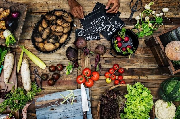 木製のテーブルに様々な新鮮な有機野菜の航空写真