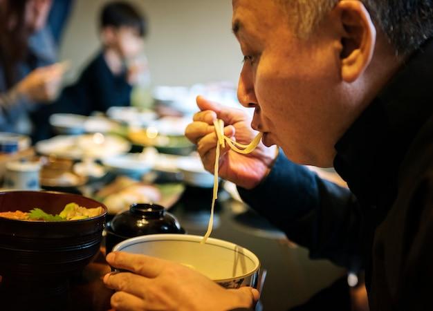幸せと一緒に日本の家族で食事をする