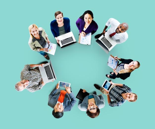 グローバルコミュニケーションテクノロジーのラップトップデジタルデバイスのコンセプト