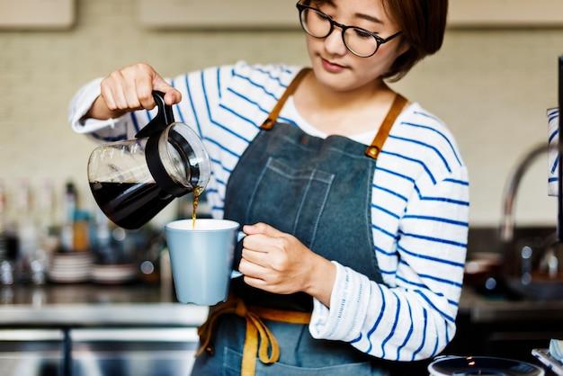 Заливка кофе бариста кафе официантка привлекательная концепция