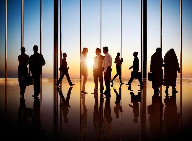 Группа занятых деловых людей в интерьере здания.