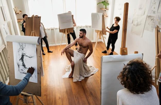 アートドローイングクラスに参加する人々