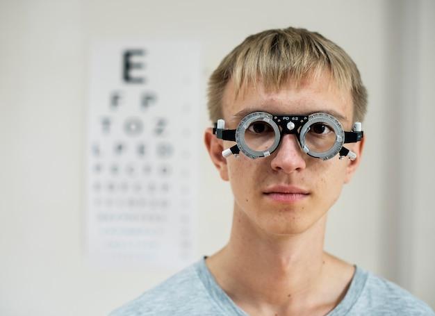 若い男が視力検査を受けています