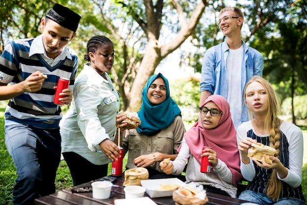 多様な学生のグループが一緒に昼食をとります