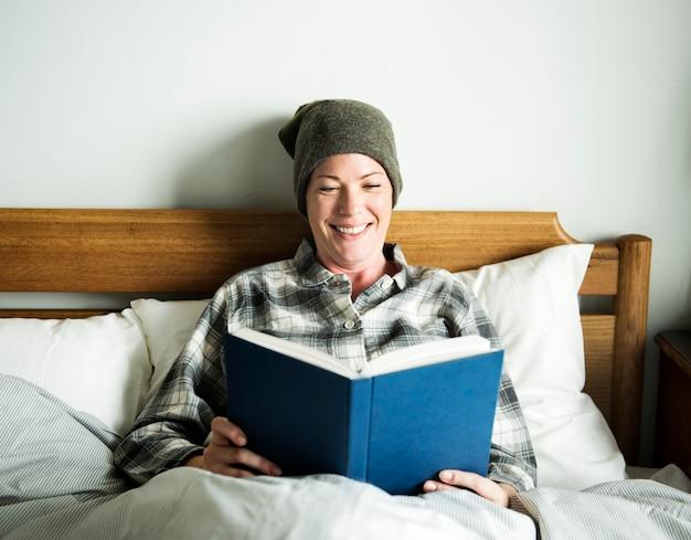 患者がベッドで読書