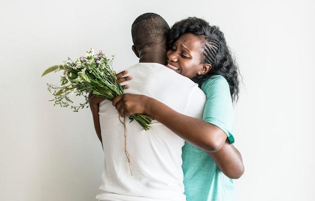 妻は夫から花束をもらう