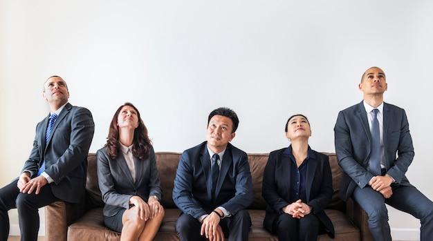 ソファに一緒に座っているビジネス人々