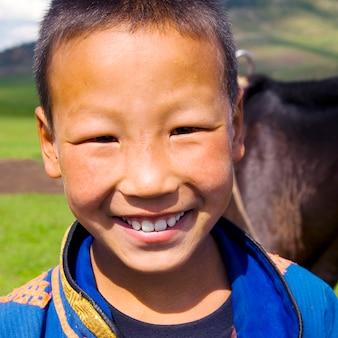 美しい笑顔の概念を持つモンゴルの少年