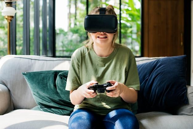 仮想現実を楽しんでいる人はゴーグル