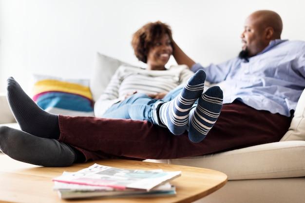 幸せなカップルの家でのんびり