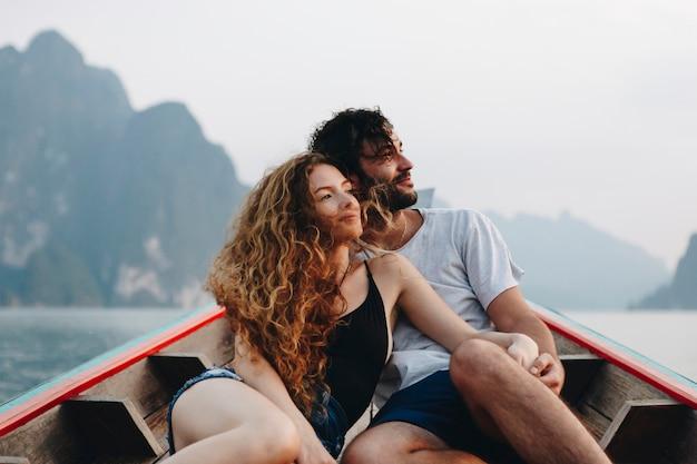 静かな湖の上をボートのカップル