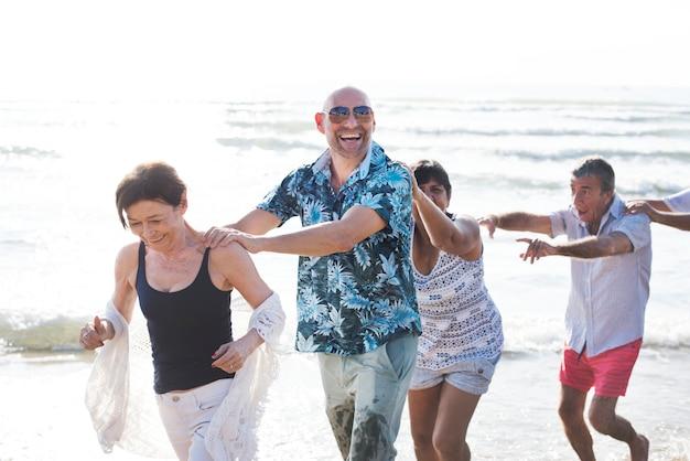 ビーチで高齢者のグループ