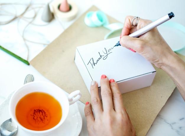 希望のカードを書く婦人